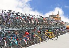 De fietsen van de overvloed bij parkeerterrein binnen Stock Afbeeldingen