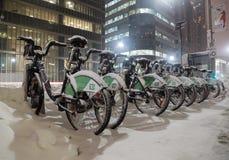 De Fietsen van het fietsaandeel in Sneeuw in Toronto worden behandeld dat Stock Afbeelding