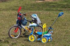 De fietsen van jonge geitjes Royalty-vrije Stock Afbeeldingen