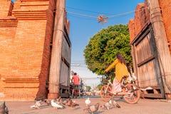 De fietsen van toeristenritten bij Thapae-Poort in Chiang Mai-stad stock afbeeldingen
