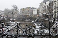 De Fietsen van de winterkanalen in Utrecht Royalty-vrije Stock Afbeeldingen
