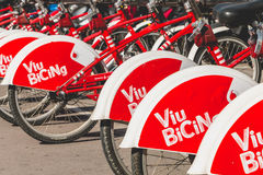 De fietsen Vodafone die Bicing, een fiets van de dienstvoertuigen sys delen Stock Foto's