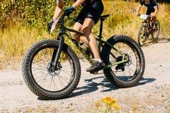De fietser berijdend spoor van de bergfiets bij zonnige dag royalty-vrije stock foto's