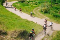 De fietser berijdend spoor van de bergfiets bij zonnige dag, gezonde lifesty Royalty-vrije Stock Foto