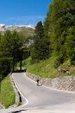 De fietser berijdt kronkelige bergweg in de alpen van Tirol Royalty-vrije Stock Fotografie