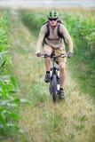 De fietser die van de berg op fiets berijdt royalty-vrije stock afbeelding