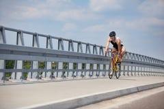De fietser die van Triathlete op schoenen tijdens ras zet Stock Foto