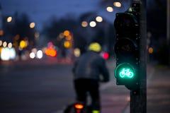 De fietser gaat fietsverkeerslicht over stock foto's