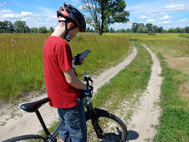De fietser navigeert door smartphone royalty-vrije stock foto's