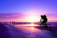 De fietser van de berg op strand en su Royalty-vrije Stock Afbeelding