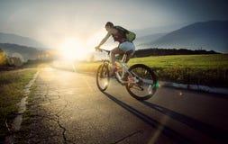 De fietser van de bergfiets Stock Afbeeldingen