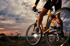 De fietser van de bergfiets openlucht berijden Stock Afbeelding