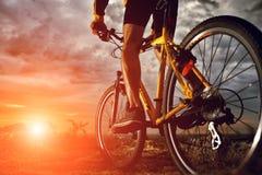 De fietser van de bergfiets openlucht berijden Royalty-vrije Stock Afbeeldingen