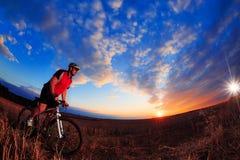 De fietser van de bergfiets openlucht berijden Stock Foto