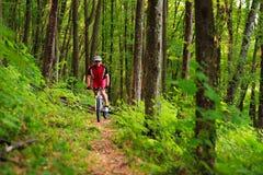 De fietser van de bergfiets openlucht berijden Royalty-vrije Stock Foto