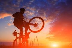 De fietser van de bergfiets openlucht berijden Royalty-vrije Stock Afbeelding