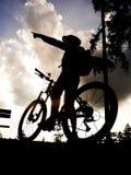 De fietser van de silhouetberg Stock Afbeeldingen