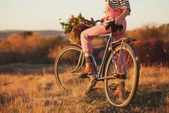 De fietser van het land bij platteland royalty-vrije stock afbeelding