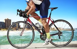 De fietser van het zijaanzichtras op pijler Stock Fotografie