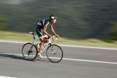De fietser van Ivan van Viglasky van ontsproten Slowakije gebruikend panning technieken Stock Foto's