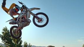 De fietser van de vrij slagmotocross voert de truc in sprong bij fmxcompetities uit royalty-vrije stock afbeelding