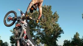 De fietser van de vrij slagmotocross voert de truc in sprong bij fmxcompetities uit royalty-vrije stock foto