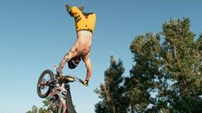 De fietser van de vrij slagmotocross voert de truc in sprong bij fmxcompetities uit royalty-vrije stock foto's