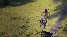 De fietser van de vrij slagmotocross voert de truc in sprong bij fmxcompetities uit royalty-vrije stock afbeeldingen