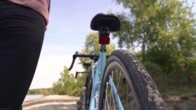 De fietser zet op een helm stock video