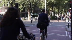 De fietsers berijden op de straat stock videobeelden