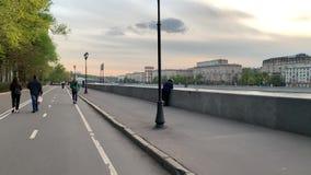 De fietsers berijden op Strida door de de lentestraten van Moskou in goed weer in de avond stock footage