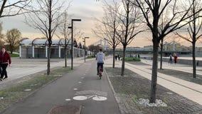 De fietsers berijden op Strida door de de lentestraten van Moskou in goed weer in de avond stock videobeelden