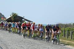 De fietsers berijden tijdens het Cirkelen van Rio 2016 de Olympische Wegconcurrentie van Rio 2016 Olympische Spelen in Rio de Jan Royalty-vrije Stock Foto's