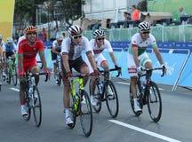 De fietsers berijden tijdens het Cirkelen van Rio 2016 de Olympische Wegconcurrentie van Rio 2016 Olympische Spelen in Rio de Jan Royalty-vrije Stock Afbeeldingen