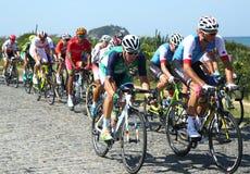 De fietsers berijden tijdens het Cirkelen van Rio 2016 de Olympische Wegconcurrentie van Rio 2016 Olympische Spelen in Rio de Jan Stock Afbeeldingen