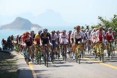 De fietsers berijden tijdens het Cirkelen van Rio 2016 de Olympische Wegconcurrentie van Rio 2016 Olympische Spelen in Rio de Jan Stock Afbeelding