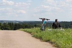 de fietsers in een afstand bekijken op de zomer zonnige dag royalty-vrije stock afbeeldingen