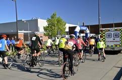 De fietsers in een weg rennen Stock Afbeeldingen