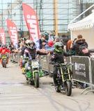 De fietsers gaan langs de toeschouwers over royalty-vrije stock fotografie
