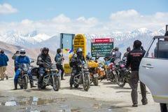 De fietsers groeperen bij Khardungla-Paswereld hoogste motorable Weg royalty-vrije stock foto
