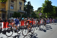 De fietsers nemen aan het 15de stadium van Giro D ` Italië deel dichtbij aankomst aan het stadium van Bergamo aan de 100ste uitga Stock Foto's