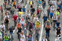 De fietsers op de cyclus van Moskou paraderen royalty-vrije stock afbeelding