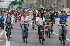 De fietsers op de cyclus van Moskou paraderen stock afbeelding
