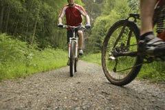 De fietsers op Land volgen Stock Afbeeldingen