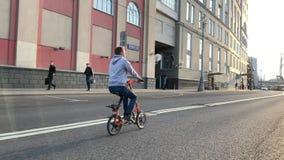 De fietsers op Strida berijden door de straten van Moskou tijdens de voorbereidingen want Victory Parade 9 op Rood kan regelen stock footage