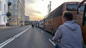 De fietsers op Strida berijden door de straten van Moskou tijdens de voorbereidingen want Victory Parade 9 op Rood kan regelen stock videobeelden
