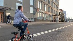 De fietsers op Strida berijden door de straten van Moskou tijdens de voorbereidingen want Victory Parade 9 op Rood kan regelen stock video