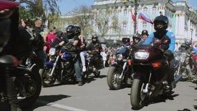 De fietsers paraderen en tonen Nachtwolven MG Rusland stock video