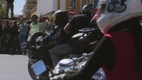 De fietsers paraderen en tonen Nachtwolven MG Rusland stock videobeelden