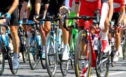 De fietsers tijdens een cyclusweg rennen in Europa Stock Afbeeldingen